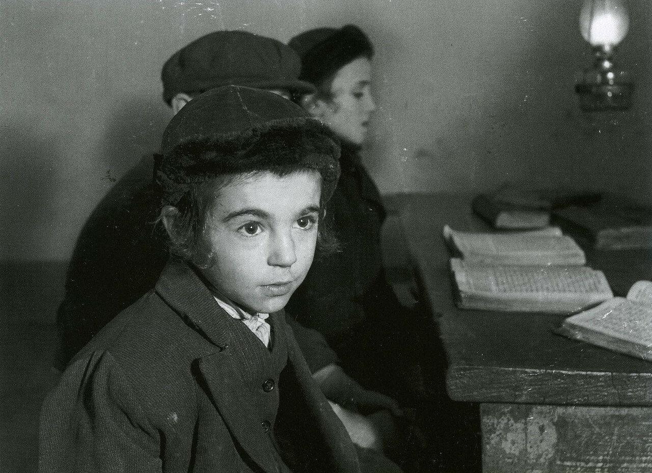 Броды. Дэвид Экштейн, семь лет, и одноклассники в хедере (еврейская начальная школа)