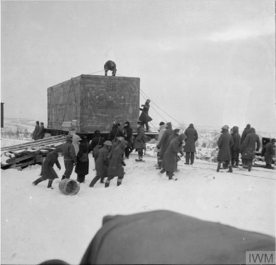 Североморцы и личный состав 151-ой эскадрильи выгружают ящик с упакованным Харрикейном на станции Ваенга во время метели