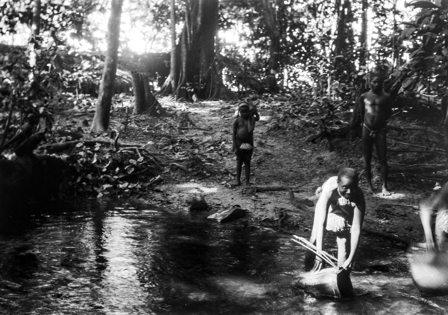 1183. Народность онге. Женщины набирают воду в заводи