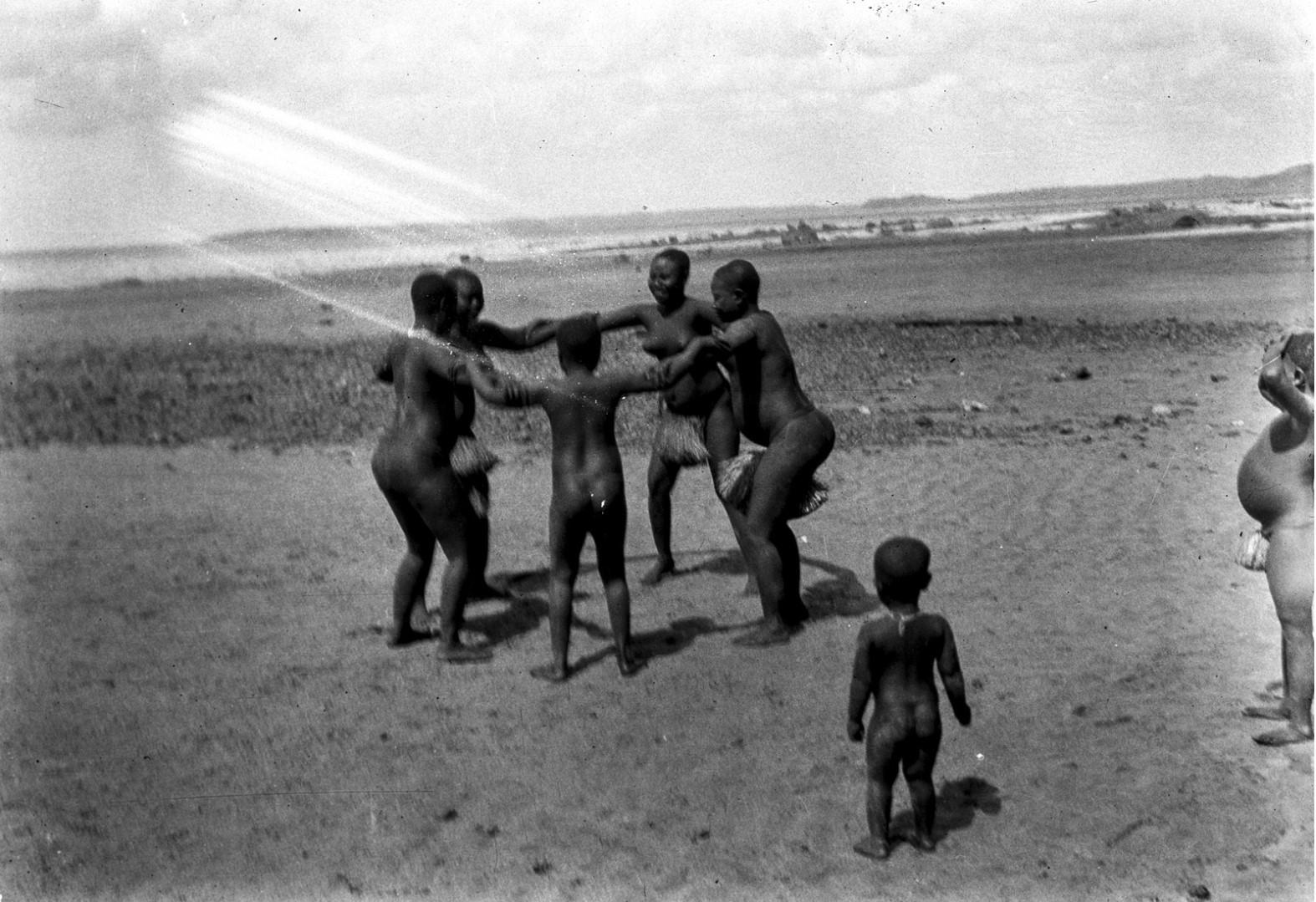 1205. Народность онге. Группа женщин танцует на берегу