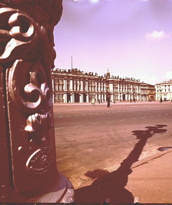 Тень фонаря перед Зимним дворцом