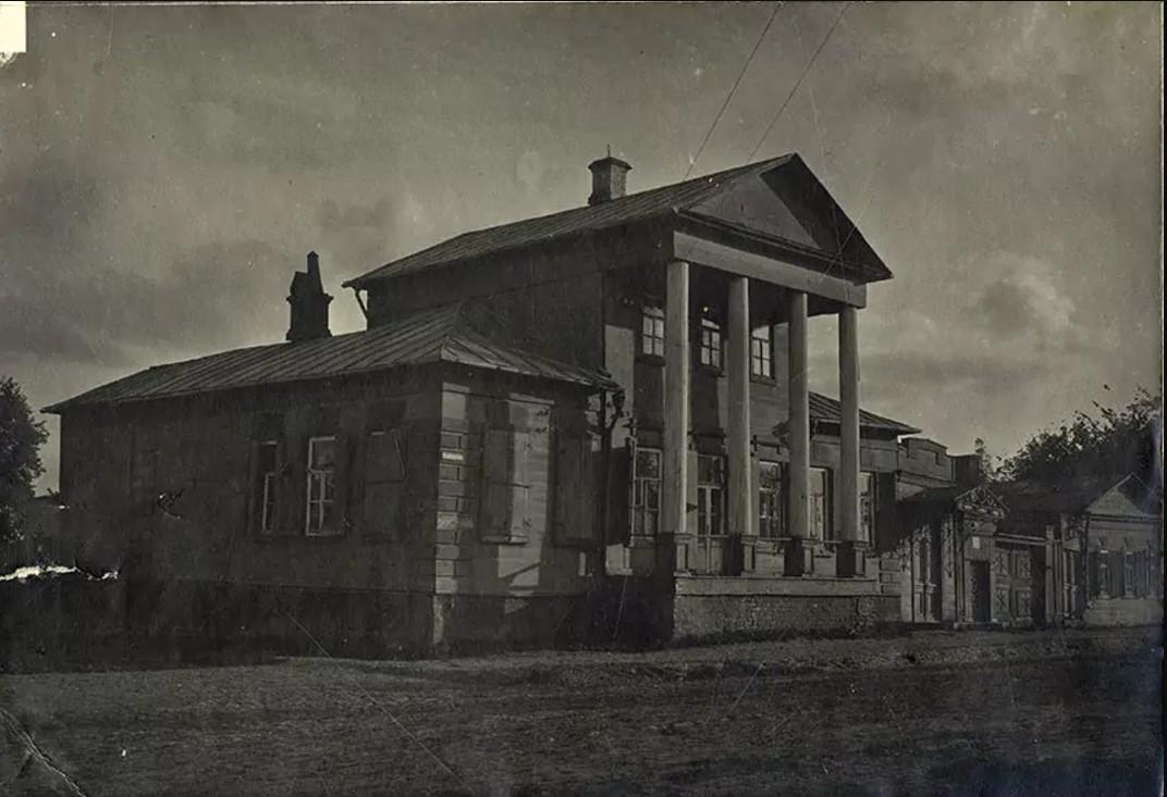 Владимирская улица. Общий вид северо-восточного фасада усадьбы Херасковых. 1917