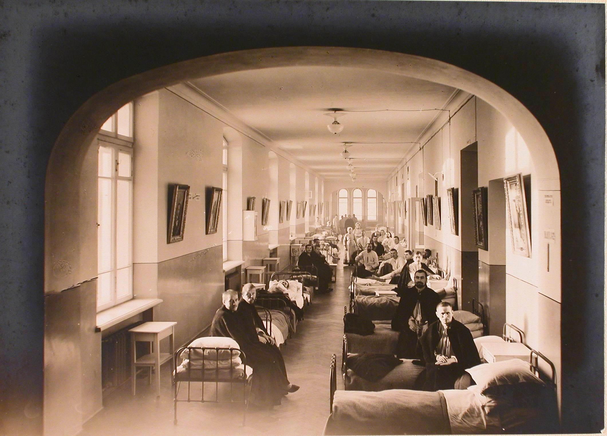 13. Раненые в палате для выздоравливающих госпиталя №7 оборудованной в коридоре