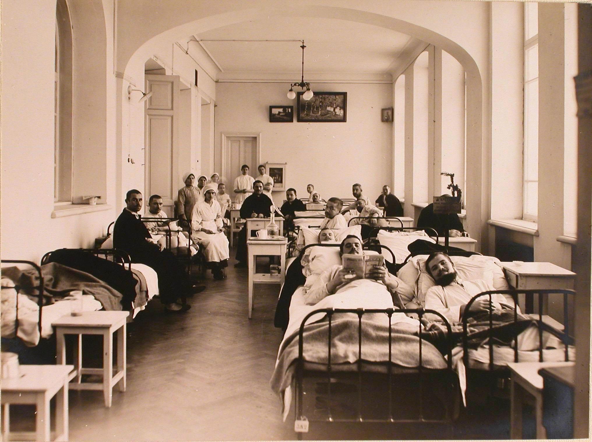 16. Раненые и медицинский персонал в одной из палат госпиталя №7
