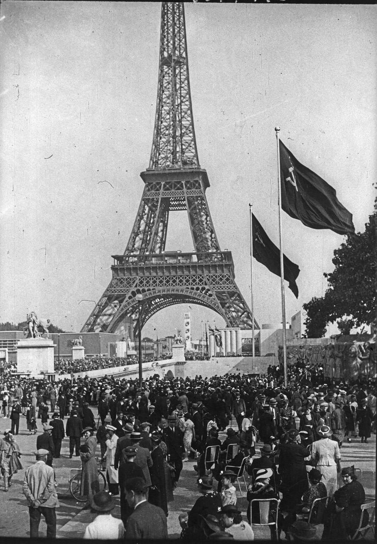 День открытия. Толпа посетителей на эспланаде Трокадеро. 24 мая 1937