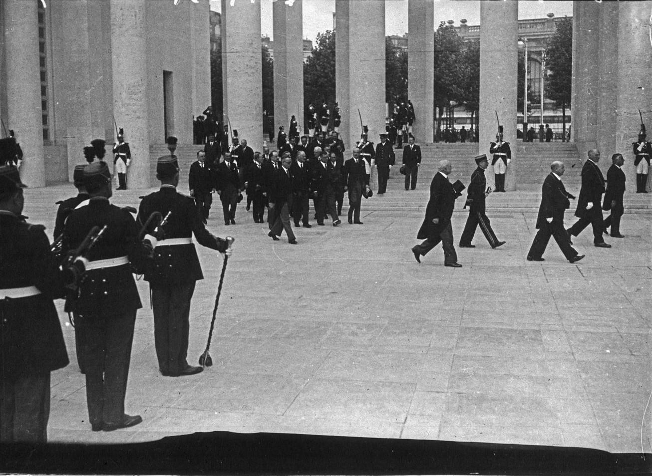 Президентский кортеж возле павильона города Париж (Музей современного искусства). 24 мая 1937