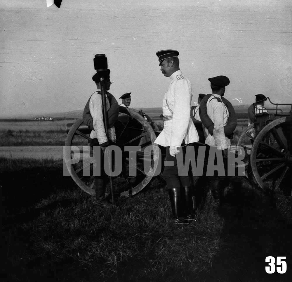 35. Полковник и номера расчета возле 6-дюймовой (152 мм.) полевой мортиры образца 1885 года в походном положении