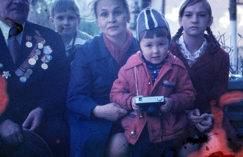 Дед, я, т. Лариса Пышнограева, брат, Валя Пышнограева. Свердловск, возможно 9 или 1 мая 1981 г.