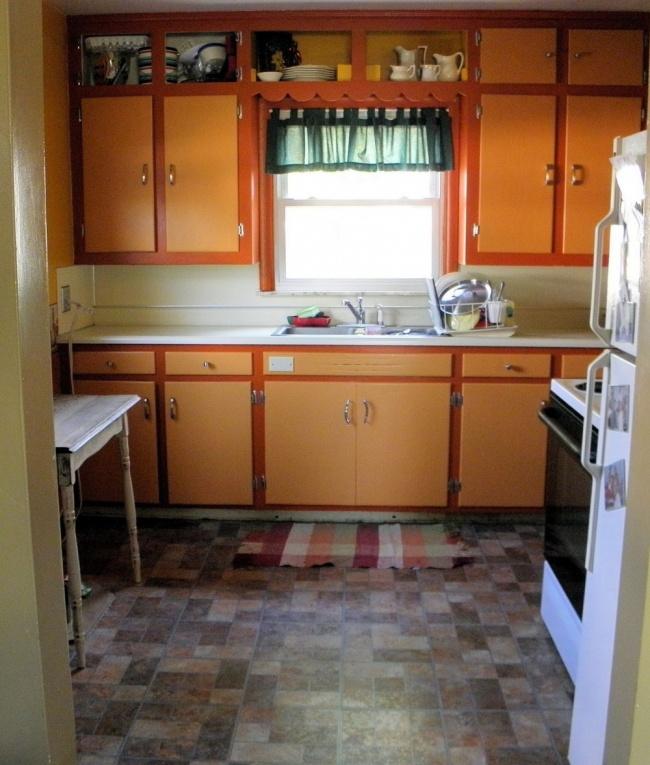 Все таже белая краска вместо оранжевой, молдинги нафасадах иоткрытые витрины наверху вместо закры