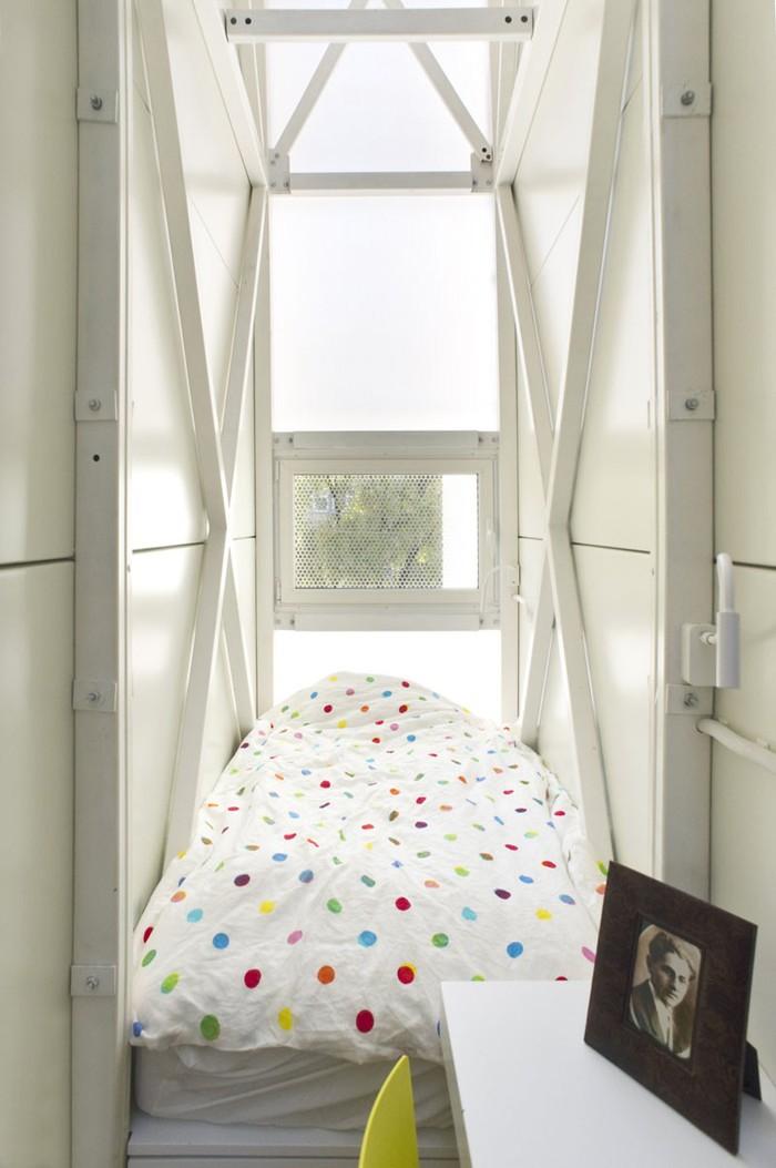 И кровать рядом с окном.