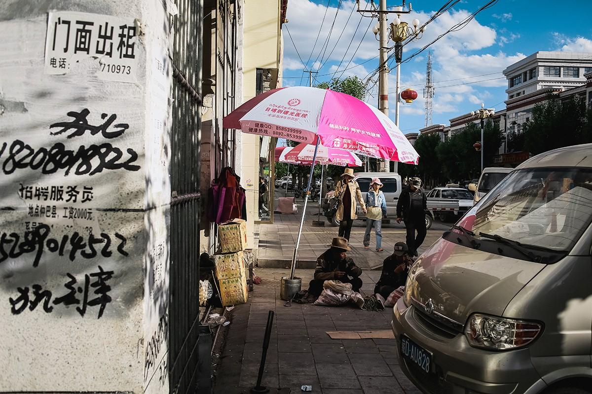 35. И даже какие-то надписи на стенах — это китайские иероглифы.