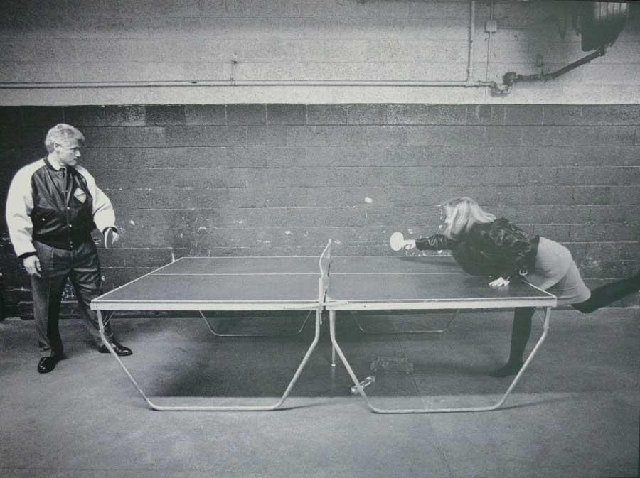 Билл Клинтон и его жена Хиллари играют в пинг-понг.