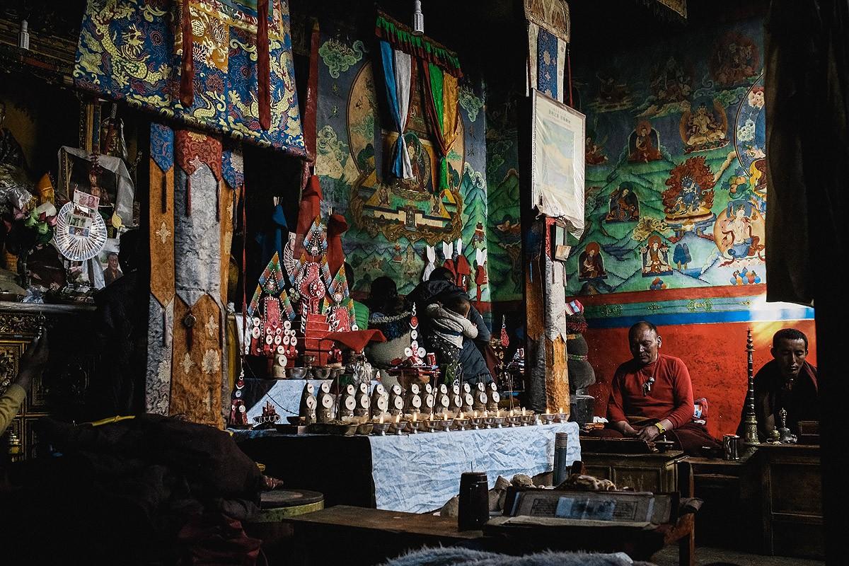 24. Осмотрев округу, мы зашли в монастырь на вечернюю пуджу, церемонию с песнопениями и игрой на раз