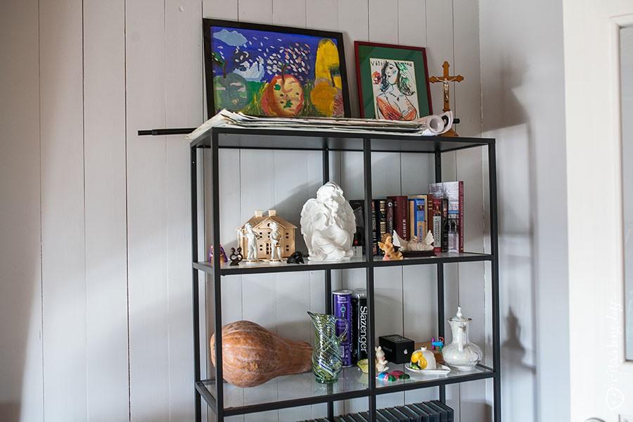36. Картины в доме — преимущественно детские рисунки. Марина мечтает о том, чтобы в доме было больше