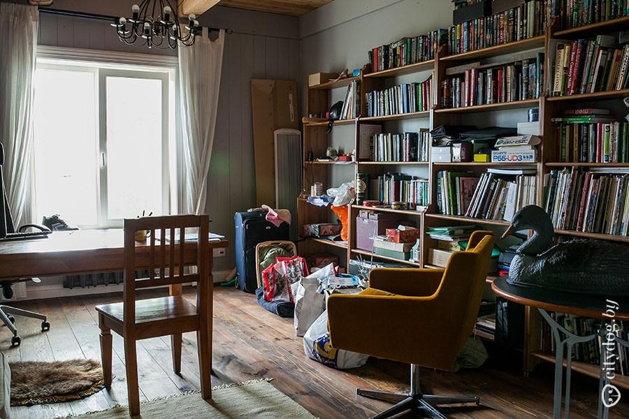 61. Когда семья постоянно жила в этом доме, Марина и Максим часто работали в кабинете. Теперь там ск
