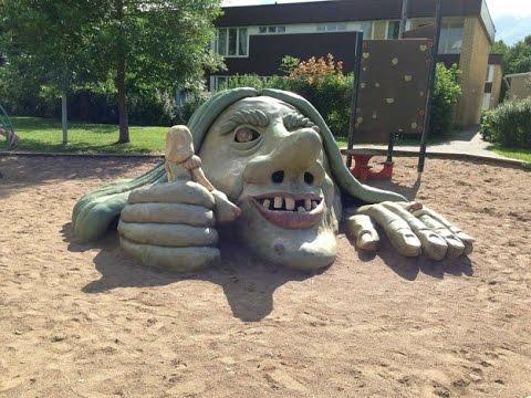Малыши, будьте бдительны! Не наступайте на песок, не то вас утащит под землю зеленая старуха.