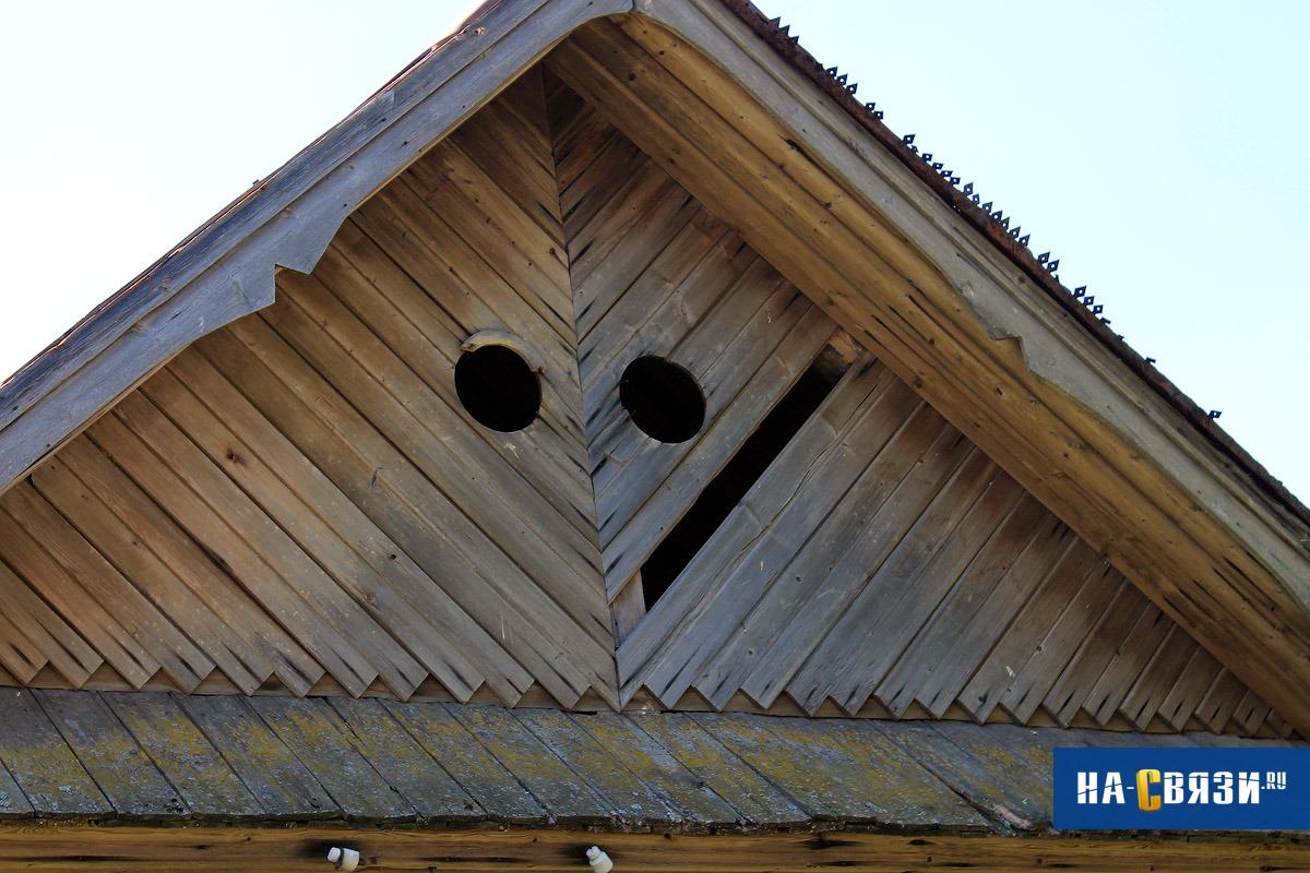 Ухмыляющийся смайлик на крыше намекает на хитрый характер владельца здания.