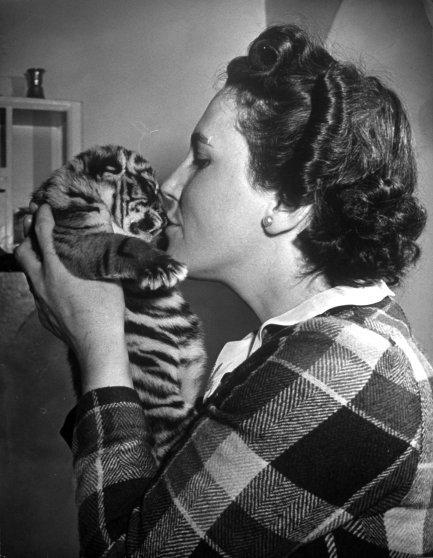 Мальчик в костюме Дяди Сэма целует маленькую девочку, 1945 год.