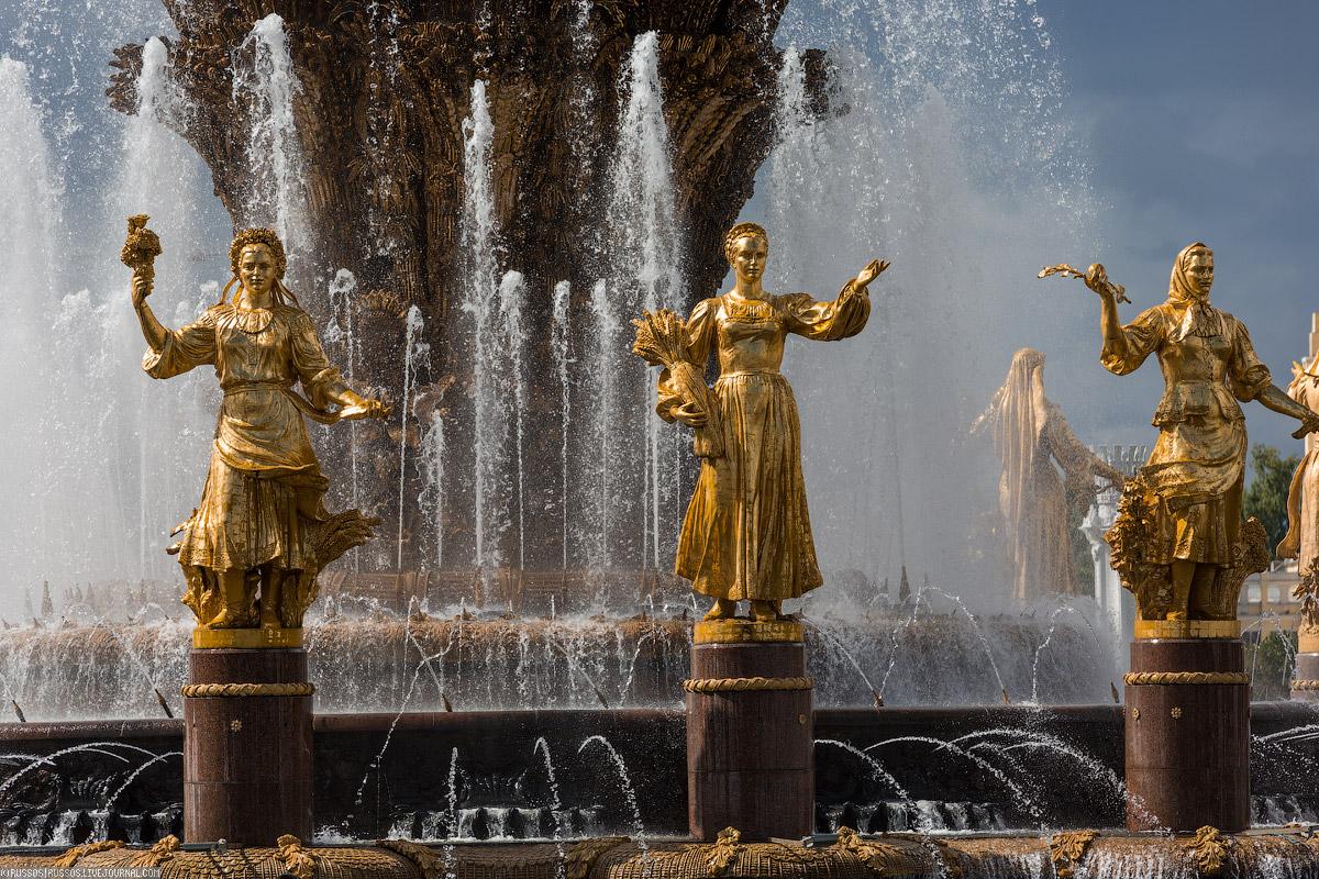 Сейчас не такое жаркое лето, чтобы проводить весь день около фонтана, но его красота все равно радуе