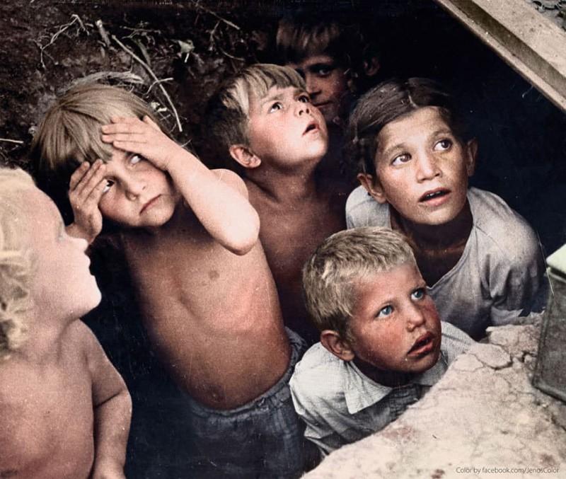 Дети прячутся от бомбежки во время реализации немецкого плана «Барбаросса». Минск, Беларусь, 1941 го