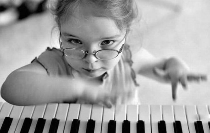 Девочка за Пианино На фоне всех этих людей Девочка за Пианино, казалось бы, не так страшна. Милое ди