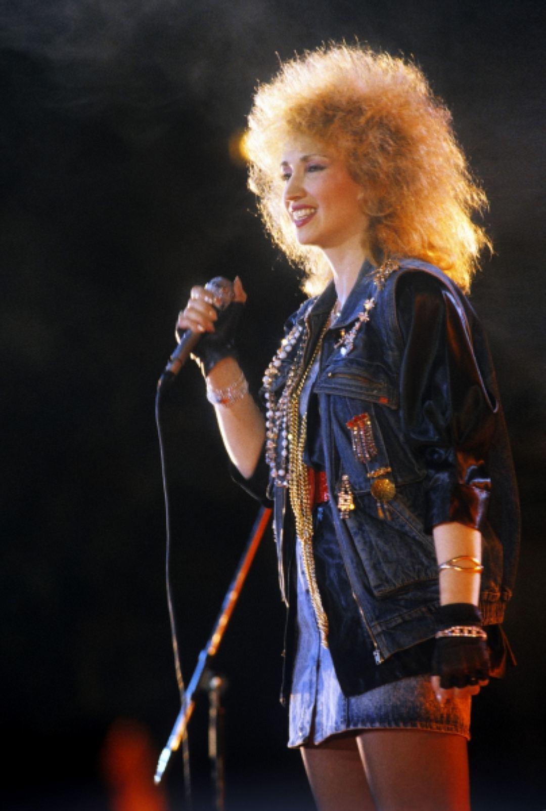 Ирина Аллегрова (фото 1988 года) — одна из законодательниц моды конца 80-х — начала 90-х. Символами