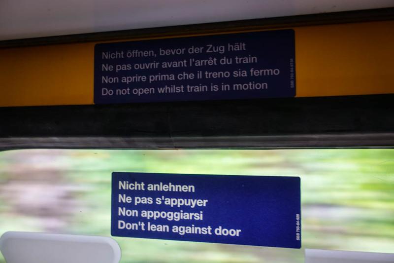 Все надписи по системе тоже дублируются на трёх главных языках, а ещё на английском. Так что можно н