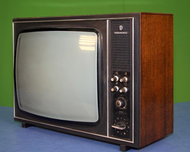 12. Телевизор Рекорд В-312 выпускался с 1975 года по середину восьмидесятых. Людям он запомнился тем