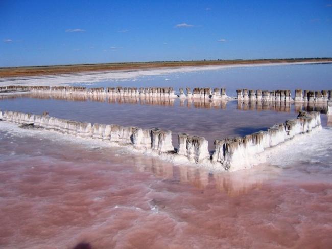© tourweek  Площадь этого удивительного соленого водоема —150кв.км, что делает его самым кру