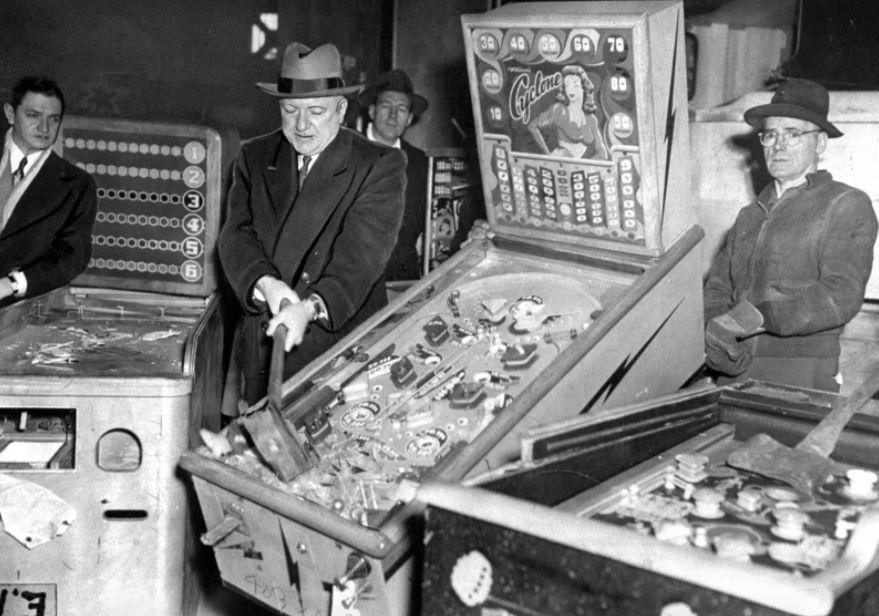 Комиссар полиции Нью-Йорка Уиллям О'Брайен разбивает незаконные автоматы для игры в пинбол, Бруклин,