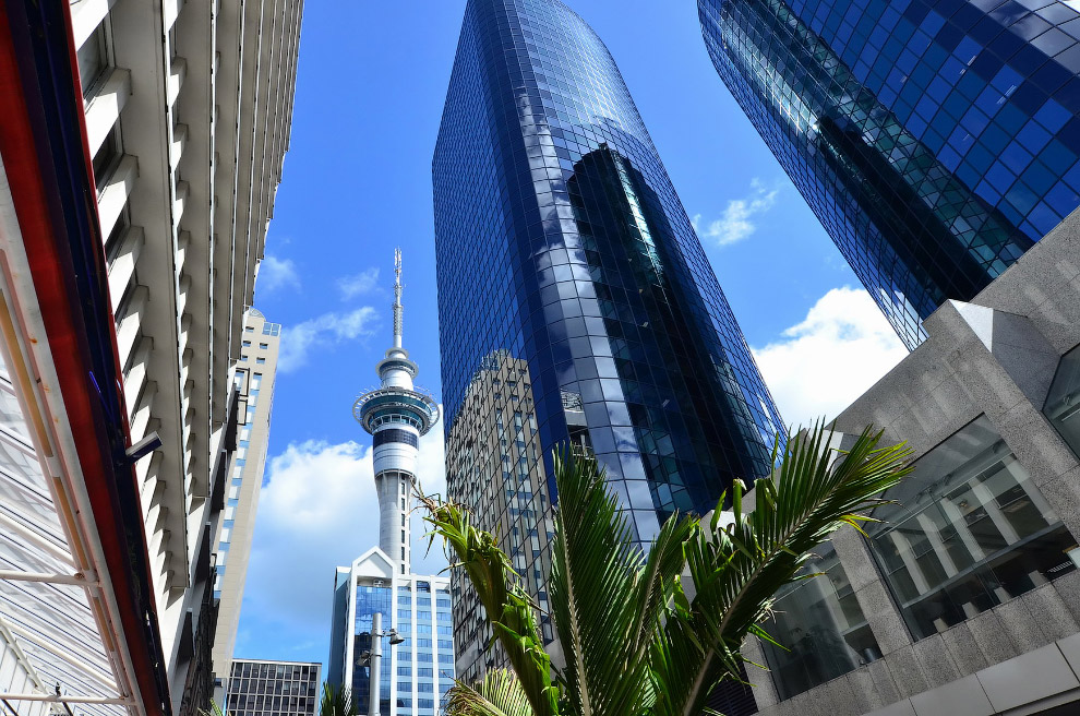 Одна из достопримечательностей — высотная башня Скай Тауэр (Sky Tower) высотой 328 метров — сам