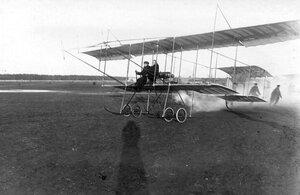 Момент отрыва биплана от земли за управлением - летчик М.Н.Ефимов с пассажиром.
