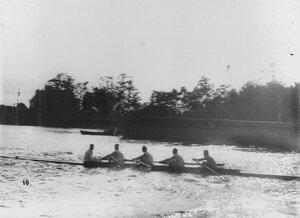 Спортсмены в лодке на Неве во время состязаний.