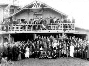 Группа членов кружка и их родственников; в центре сидит А.Д.Макферсон