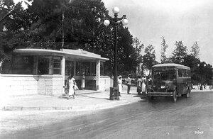 Остановка автобуса у Колифорнии» (орфография сохранена).