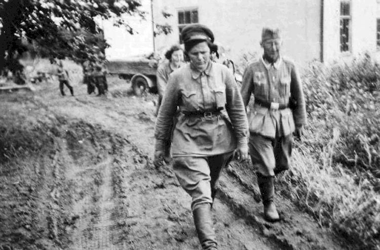 Нем. унтер-офицер, женщина-военнопленная.jpg