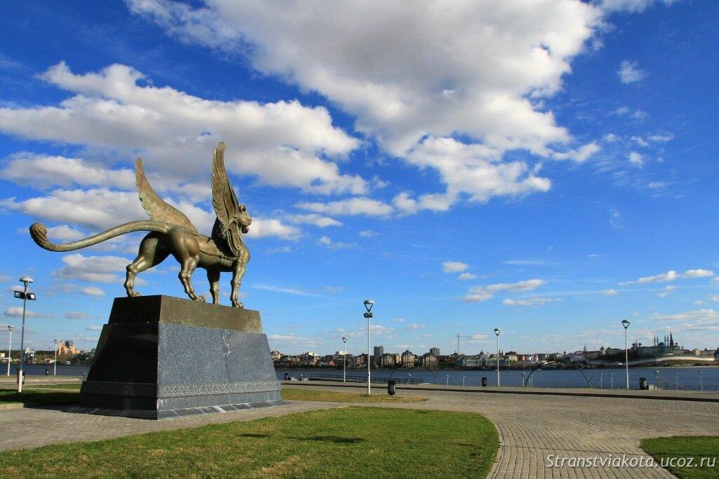 Мифические Барсы у Центра семьи Казан в Казани
