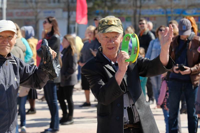 Первомайские фотографии Каменск-Уральский, мужчина играет на бубне