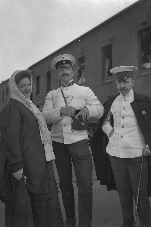 Вдова А.Ф.Лихачева - Раиса Ивановна с сыновьями на Казанском ж.д вокзале