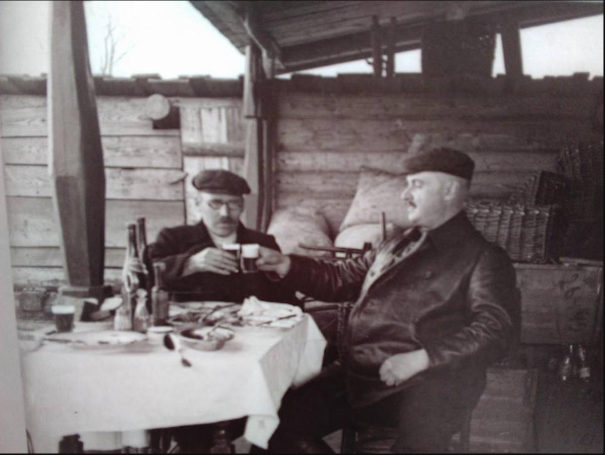 А.Бренинг (справа) выпивает с другом (слева) Свияжск 1915