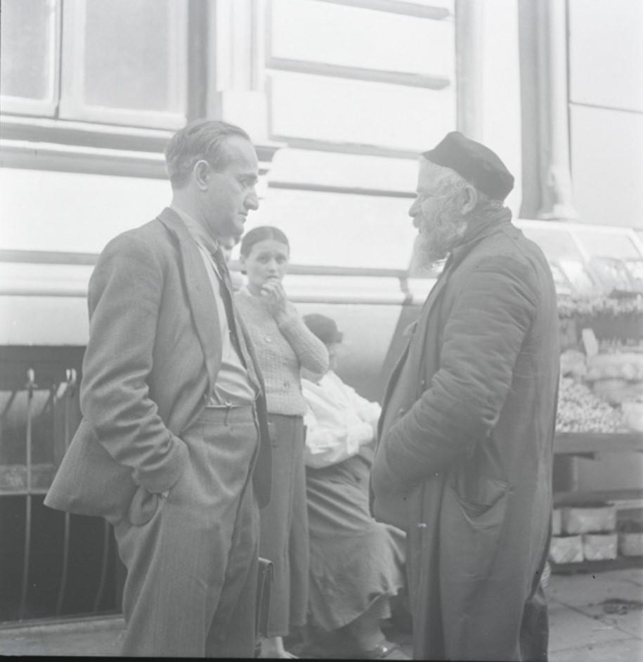 Сотрудник JDC («Джойнт») беседует с мужчиной на улице