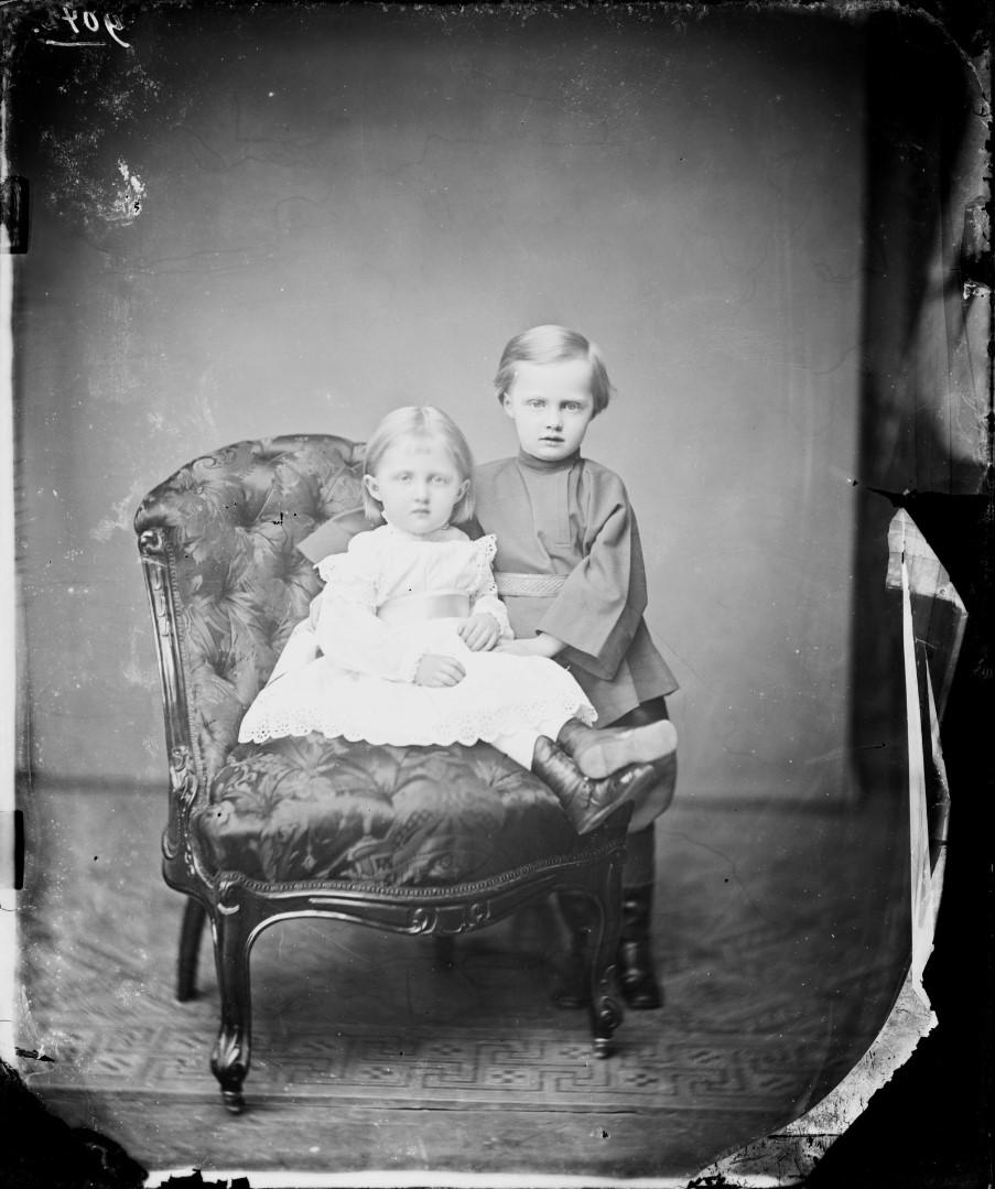 Луиза Саксен-Альтенбургская (11 августа 1874 —14 апреля 1953) — принцесса Саксен-Альтенбургская и герцогиня Саксонская, в браке — наследная принцесса Ангальтская. Эрнст II Саксен-Альтенбургский (31 августа 1871 — 22 марта 1955) — последний герцог