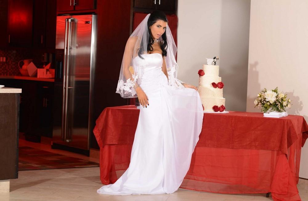 Развратная невеста Romi Rain