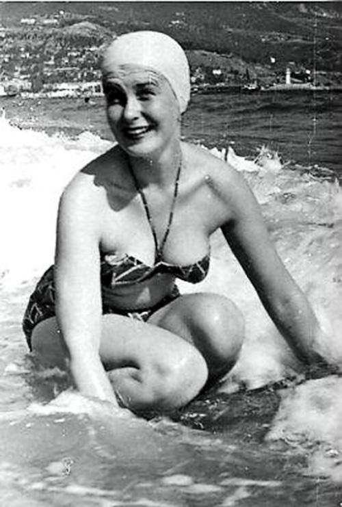 Изольда Извицкая на отдыхе в Ялте, 1960-е.