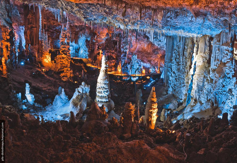 4. Сталактиты — хемогенные отложения в карстовых пещерах в виде образований, свешивающихся с потолка