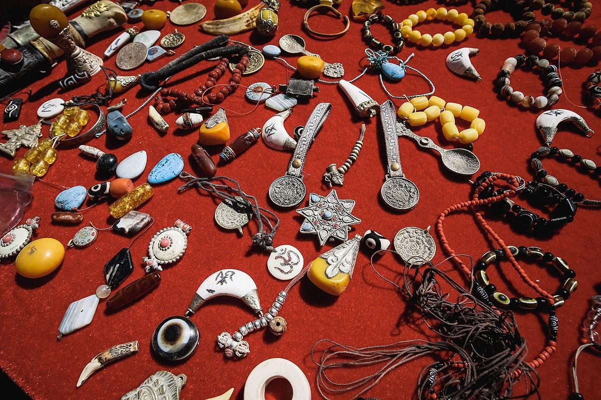 40. Типичный набор тибетских сувениров — камни «дзи», зеркала «мелонг», подвески из кости яка, четки