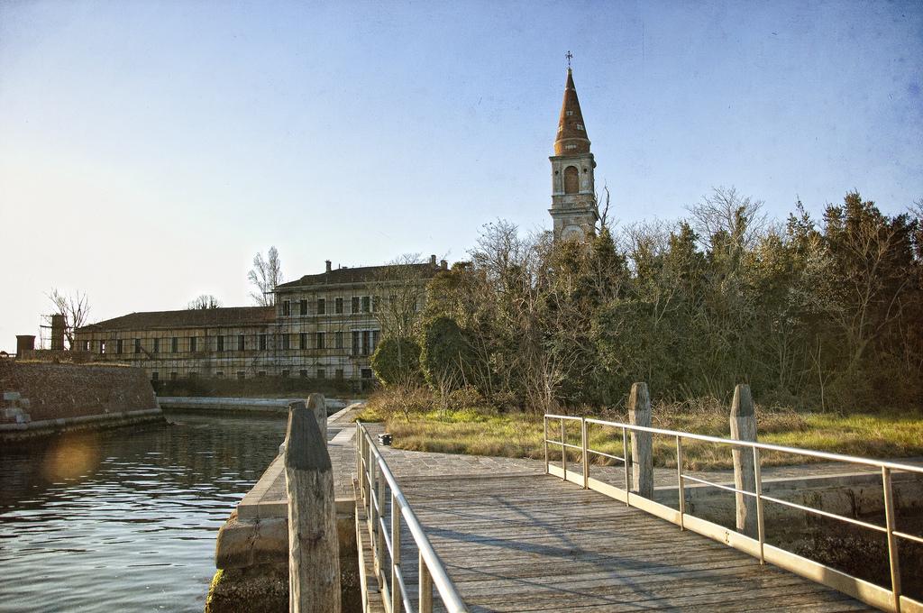 Легенды гласят, что Повелья — один изостровов Венецианской лагуны— был местом, куда ссылали умира