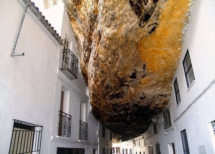 Тысячетонная скала нависает над домом.  Сетениль-де-лас-Бодегас – небольшой город в Испании в