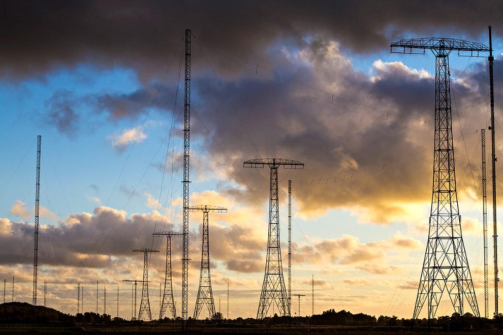 На момент постройки это были самые высокие сооружения в Швеции. Длина антенного полотна — 2,2 км.