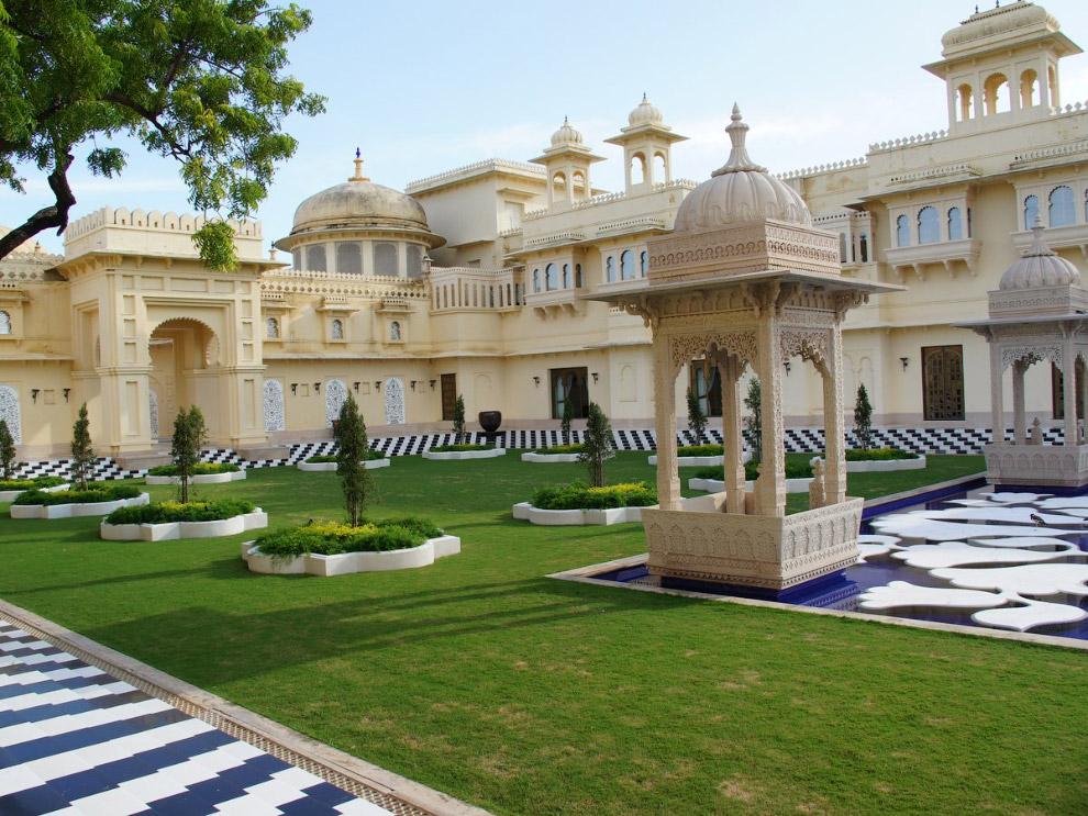 2. Добравшимся до входа посетителям открываются виды, свойственные традиционным дворцам Раджастана.